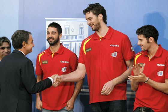 19 de septiembre de 2011: Zapatero, con la selección de baloncesto tras ser proclamada campeona de Europa.  Foto: EFE