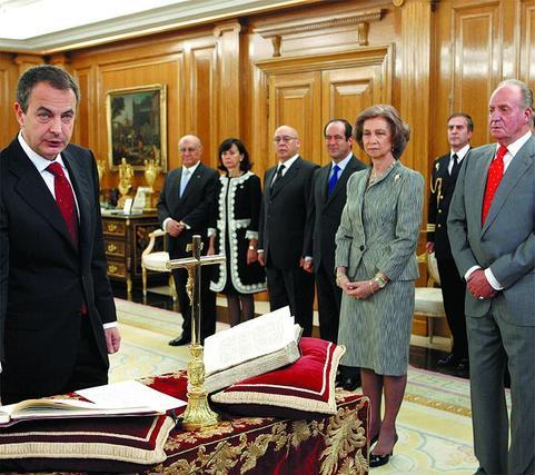 13 de abril de 2008: Zapatero jura su cargo tras ser reelegido presidente en 2008.  Foto: EFE