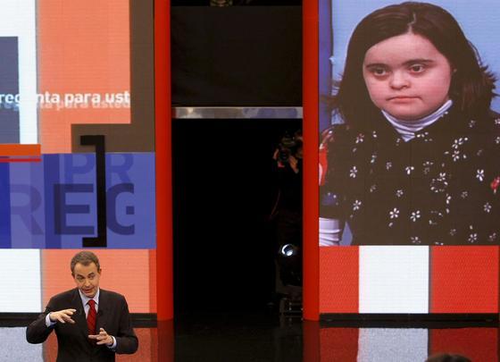 26 de enero de 2010: Zapatero participó dos veces en 'Tengo una pregunta para usted'. En esta foto, responde a una joven con sindrome Down.  Foto: EFE
