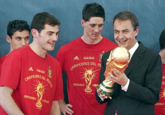 12 de julio de 2010: Zapatero recibe a la selección de fútbol tras ganar el Mundial de Sudáfrica.  Foto: EFE