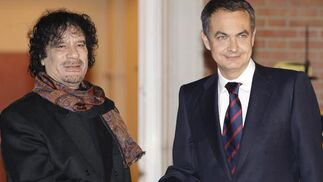 17 de diciembre de 2007: Zapatero dando la mano al dictador libio, Muamar Al Gadafi.  Foto: EFE