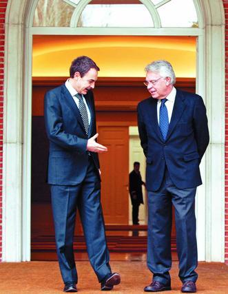 19 de diciembre de 2007: El presidente del Gobierno, José Luis Rodríguez Zapatero  (i), durante la reunión que mantuvo hoy, en el Palacio de la Moncloa, con el recién elegido presidente del Grupo de Reflexión para el futuro de la Unión Europea, Felipe González   Foto: EFE