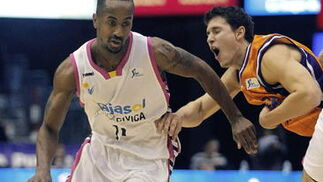 Earl Calloway intenta superar la defensa del base del Valencia Basket.   Foto: Juan Carlos Cárdenas (EFE)