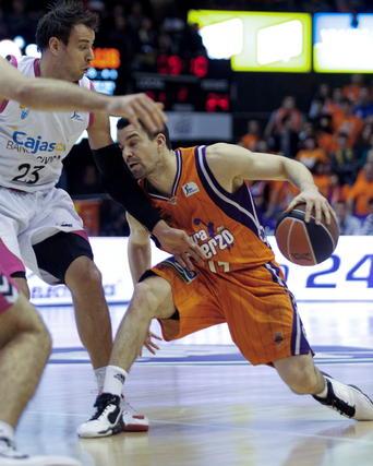Carl English defiende el avance del escolta del Valencia Basket.   Foto: Juan Carlos Cárdenas (EFE)