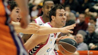 Carl English intenta superar la defensa del base del Valencia Basket.   Foto: Juan Carlos Cárdenas (EFE)