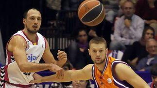 Luka Bogdanovic lanza el pase ante la atenta mirada de Zarko Rakocevic.   Foto: L. García