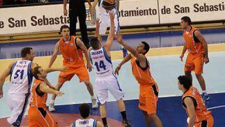 Javi Salgado llega más alto que Gustavo Ayón.   Foto: L. García