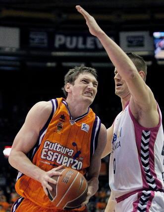 Paul Davis intenta impedir el avance del pívot del Valencia Basket.   Foto: Juan Carlos Cárdenas (EFE)