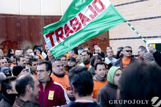 Los trabajadores de Cádiz Electrónica retomaron sus protestas tras rechazar en votación el cierre de la planta propuesto por Visteon.   Foto: Lourdes de Vicente