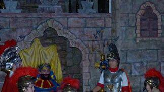 Así ha preparado la hermandad de la Amargura su belén viviente, con niños como protagonistas.  Foto: Ruesga Bono
