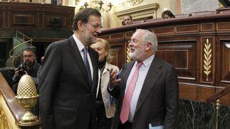 Rajoy conversa con Miguel Arias Cañete, su ministro de Agricultura, Alimentación y Medio Ambiente  Foto: EFE