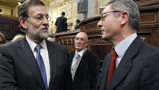 Mariano Rajoy saluda a Alberto Ruiz Gallardón, su ministro de Justicia  Foto: EFE