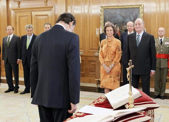 El nuevo presidente del Gobierno, Mariano Rajoy, saluda a los Reyes durante el acto. / EFE