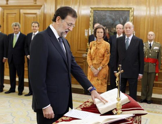 Mariano Rajoy pone la mano sobre la Biblia en un momento de la jura. / EFE