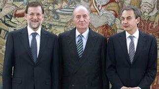 El Rey posa junto a Mariano Rajoy y José Luis Rodríguez Zapatero. / EFE