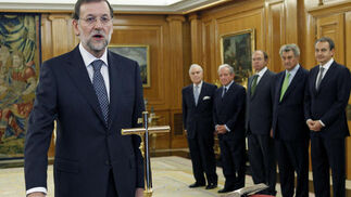 Rajoy pone la mano derecha sobre la Constitución para finalizar su jura. / EFE