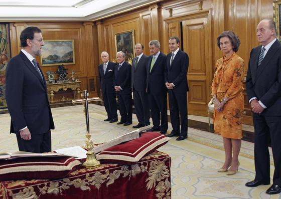 Rajoy se dirige a los Reyes. / EFE
