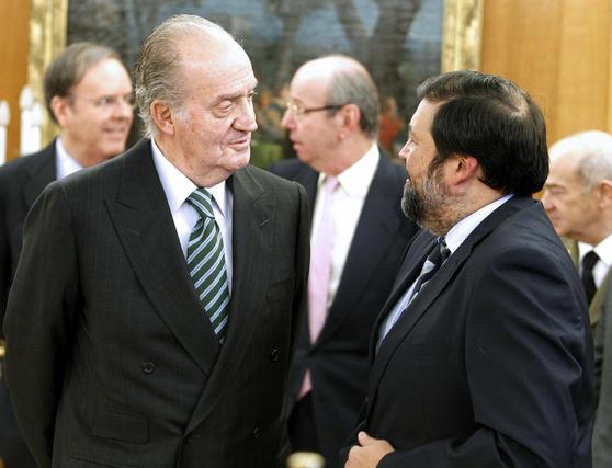 El Rey habla con Francisco Caamaño. / EFE