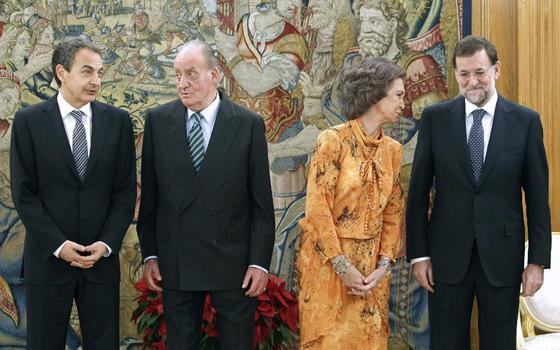 Los Reyes, junto al presidente saliente y el entrante. / EFE