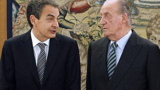 Zapatero dialoga con don Juan Carlos. / EFE