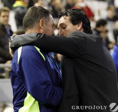 Emery saluda a Alfonso Cortijo, técnico accidental del Cádiz por la sanción de Jose González.  Foto: LOF