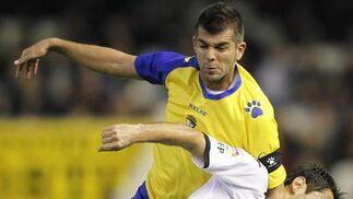 Baquero, que tuvo que retirarse lesionado, pugna con Jonas.  Foto: LOF
