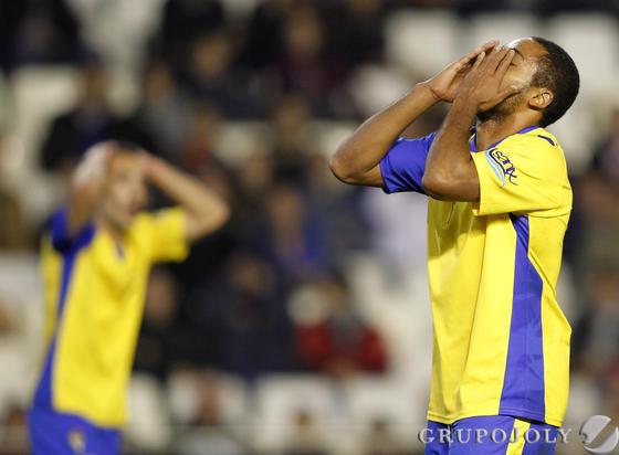 Ikechi tuvo la ocasión más clara del partido para el Cádiz, pero su lanzamiento se marchó alto.   Foto: LOF