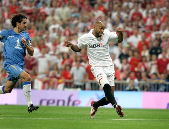 Belenguer no puede evitar que Fredy se disponga a marcar el gol que da a los sevillistas la Copa de 2007.  Foto: A. RUESGA