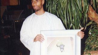 Fredy recibe el premio al Mejor Jugador de África del año 2007.