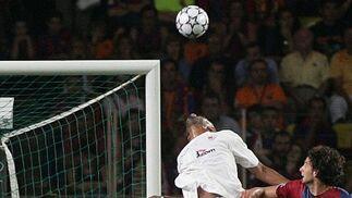 Gol de Kanouté al Barcelona en la conquista de la Supercopa de Europa.  Foto: A. RUESGA