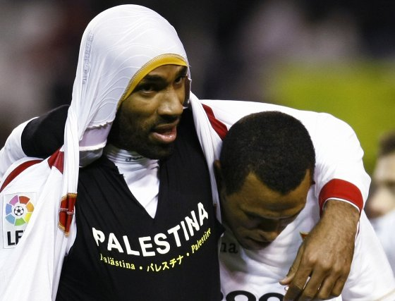 Kanouté muestra la camiseta solidaria en favor de Palestina con Luis Fabiano a su lado, imagen que tuvo un gran impacto mediático.  Foto: M. GOMEZ