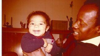 Marzo de 1978, en los brazos de su padre Sara.