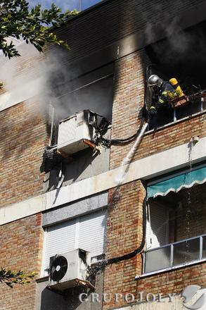 Bomberos intervienen en el incendio de una vivienda en la calle María Auxiliadora de la capital.  Foto: Jose Braza