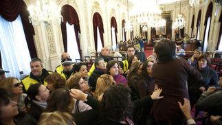 Momentos de tensión en el último pleno del año en el Ayuntamiento de Cádiz por las protestas de las empleadas de Limasa, que fueron desalojadas por la Policía.   Foto: Joaquin Hernandez Kiki