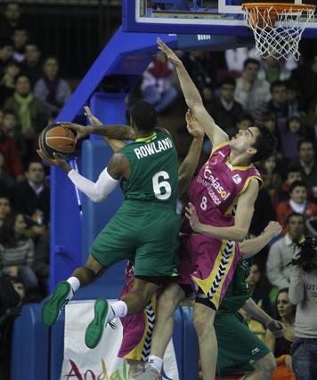 Rowland intenta culminar una penetración ante la oposición de Satoransky. / Antonio Pizarro
