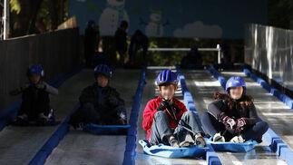 Niños corren en trineos por carriles.  Foto: José Ángel García