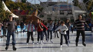La pista de patinaje congrega a niños y mayores.  Foto: José Ángel García