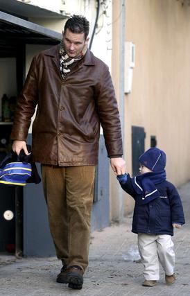 De camino a la guardería con el pequeño.  Foto: EFE