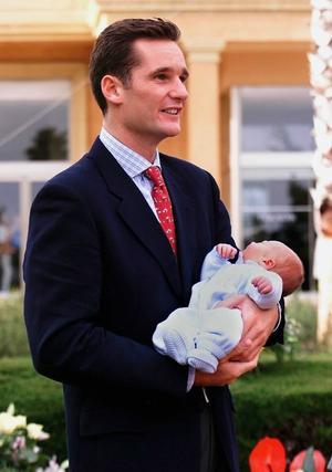 Con su hijo recién nacido en brazos.  Foto: EFE