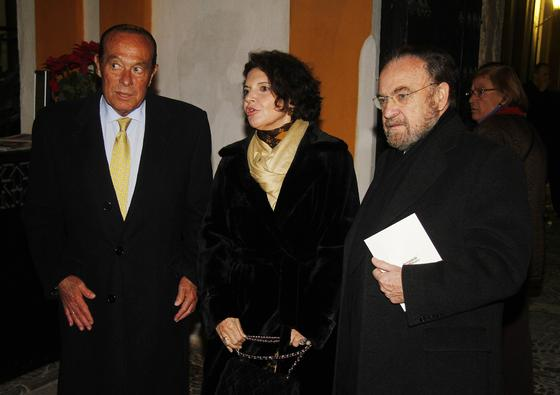 El torero Curro Romero, Isabel Herce y el periodista Antonio Burgos.   Foto: Antonio Pizarro / Juan Carlos Vázquez / Victoria Hidalgo / Manuel Gómez