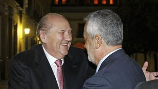 José Moya saluda al presidente Griñán a su llegada al Real Alcázar.   Foto: Antonio Pizarro / Juan Carlos Vázquez / Victoria Hidalgo / Manuel Gómez