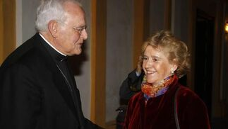 El cardenal Amigo conversa con la ex alcaldesa de Sevilla Soledad Becerril.   Foto: Antonio Pizarro / Juan Carlos Vázquez / Victoria Hidalgo / Manuel Gómez