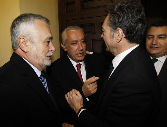 José Antonio Griñán y Javier Arenas conversan con José Joly en presencia de Antonio Sanz.   Foto: Antonio Pizarro / Juan Carlos Vázquez / Victoria Hidalgo / Manuel Gómez