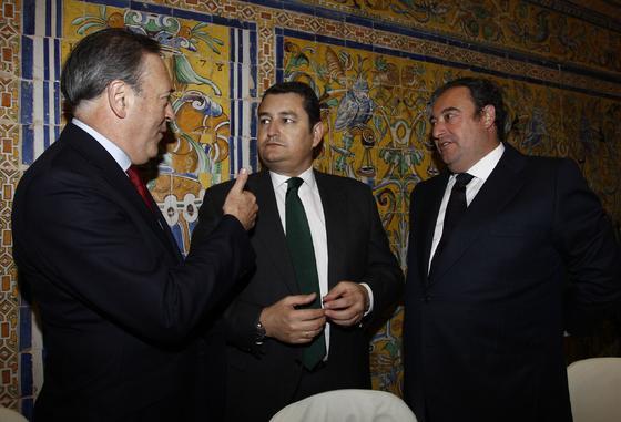 Manuel Atencia, vicepresidente de Unicaja, Antonio Sanz y Tomás Valiente, director general del Grupo Joly.   Foto: Antonio Pizarro / Juan Carlos Vázquez / Victoria Hidalgo / Manuel Gómez