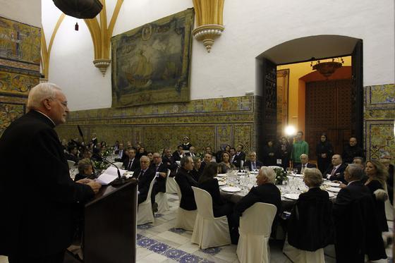 El cardenal Amigo se dirige al auditorio del Real Alcázar tras recoger el galardón de manos de Manuel Clavero.  Foto: Antonio Pizarro / Juan Carlos Vázquez / Victoria Hidalgo / Manuel Gómez