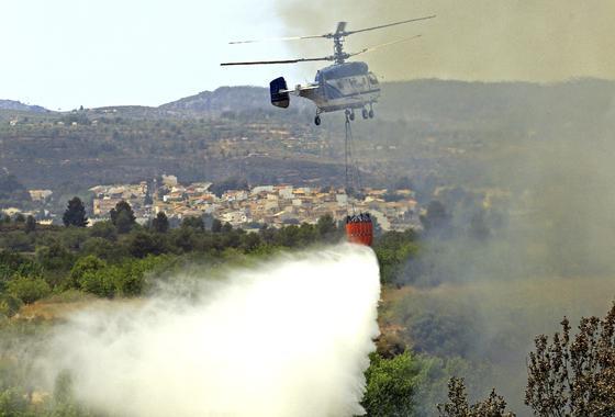 El fuego arrasa miles de hectáreas en comarcas del interior de la provincia de Valencia.  Foto: EFE