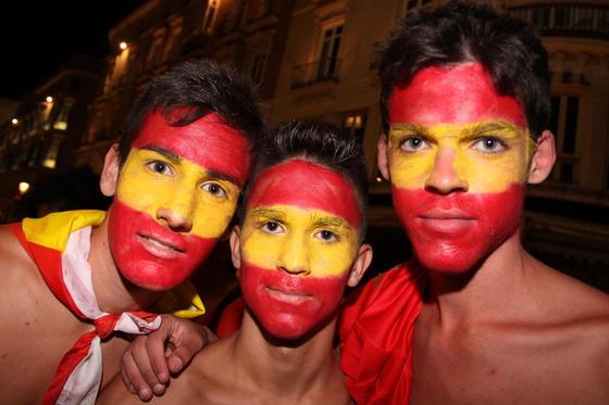 Los aficionados malagueños acudieron al Carpena y al centro de la capital para celebrar el triunfo de la selección.  Foto: Javier Albiñana