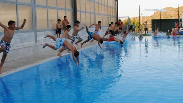 Piscinas municipales una escapada urbana al calor for Piscinas municipales barcelona