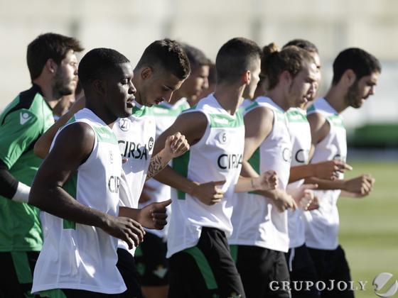 Joel Campbell, junto a sus nuevos compañeros en el Betis.  Foto: Antonio Pizarro