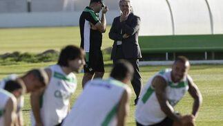 El presidente Miguel Guillén conversa con Pepe Mel en la ciudad deportiva.  Foto: Antonio Pizarro